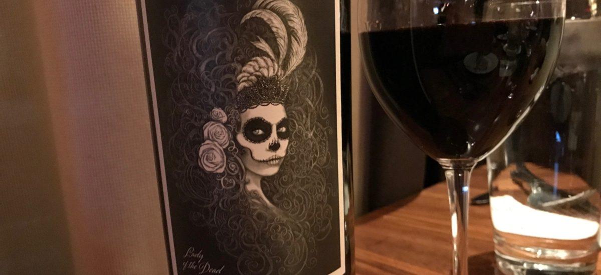 ラベルが印象的な赤ワイン 北カリフォルニアのこだわりのブレンド Lady of the dead